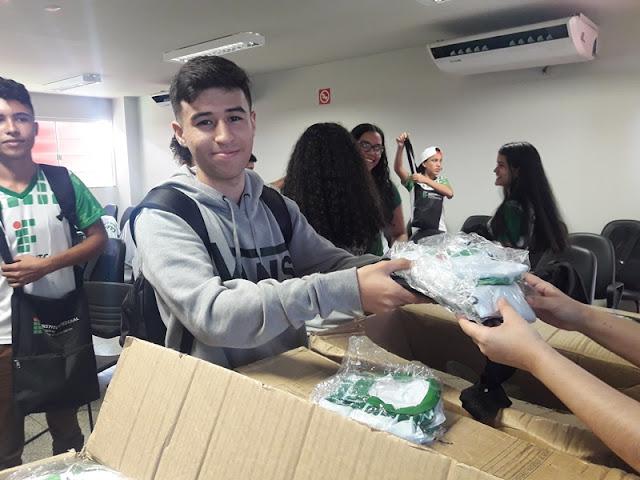 Alunos do Campus Guajará-Mirim recebem uniformes e kits didáticos