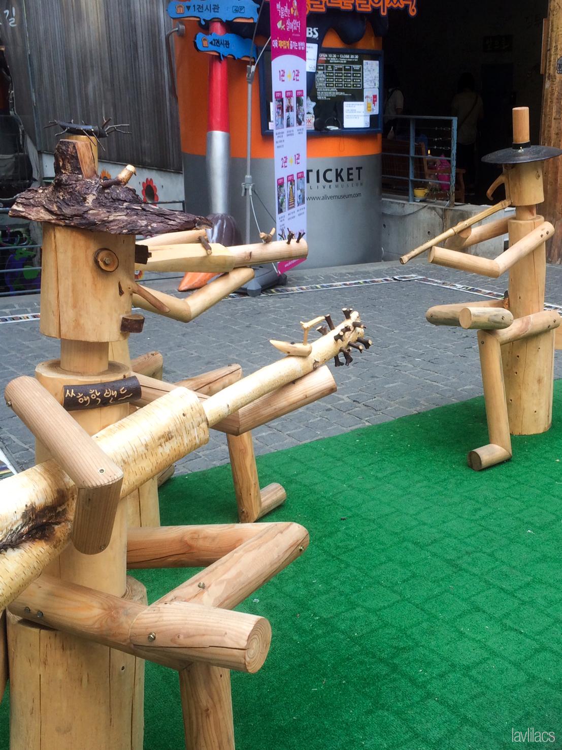 Seoul, Korea - Summer Study Abroad 2014 - Seoul City Touring - Insadong 인사동 仁寺洞 - Ssamziegil 쌈지길 art wood sculptures