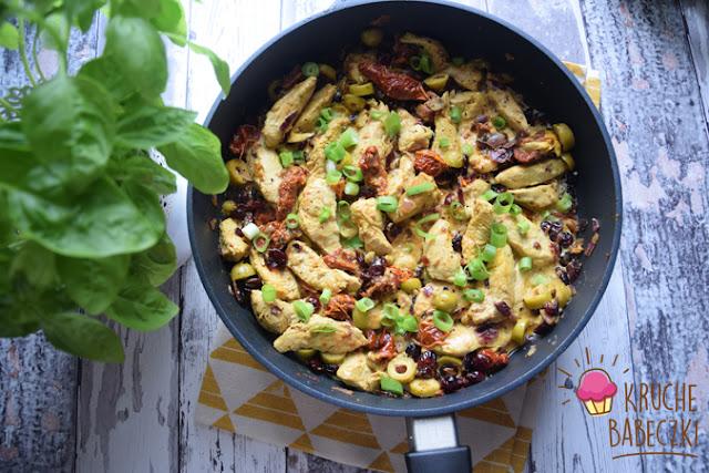 Indyk z suszonym pomidorem, oliwkami i żurawiną w sosie