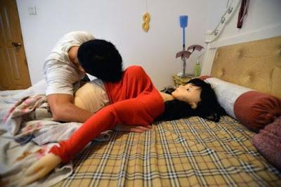 Berhubungan dengan boneka seks