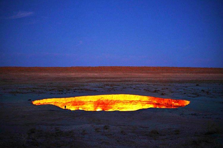 Darvaza krateri 50 yıldır yanan, 69 metre genişliğinde kocaman bir çukurdur.