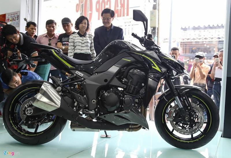"""""""Cô gái"""" Cần Thơ xinh đẹp mua Kawasaki Z1000 tặng sinh nhật làm chồng mình """"CHẾT ĐỨNG"""""""