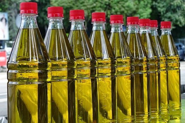 envasado de aceite de oliva en la cocina de la abuela