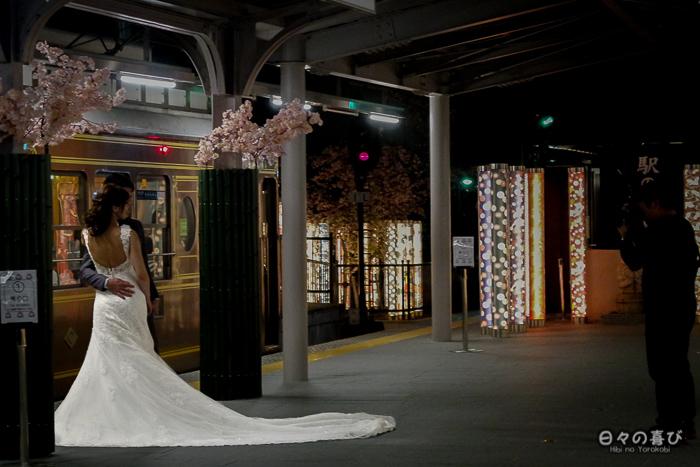 photo de mariage face au Sagano Romantic Train, gare randen arashiyama, Kyoto