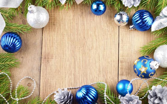 Blauwe en zilveren kerstballen en een houten achtergrond