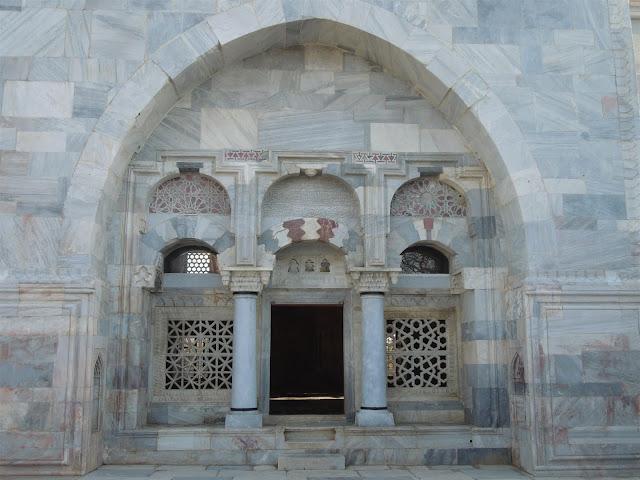 İlyas Bey Camisi kapısı