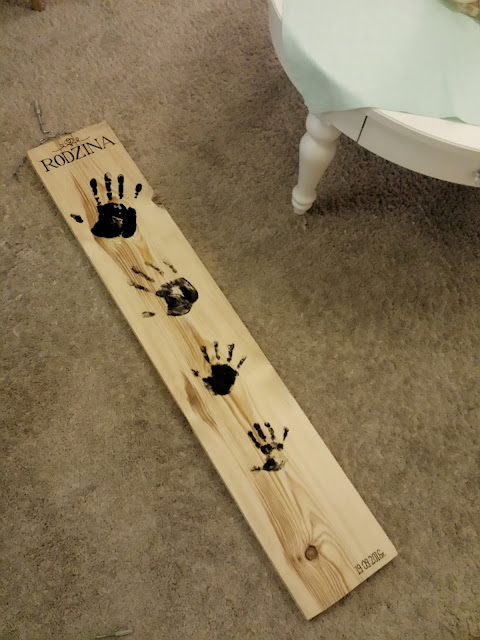 Deska z odciskami i biały okrągły stolik kawowy, Deska z odciskami dłoni / handprints on wooden plank, deska na ścianie, ozdoba z drewna, drewniana deska z napisem, rodzinna pamiątka