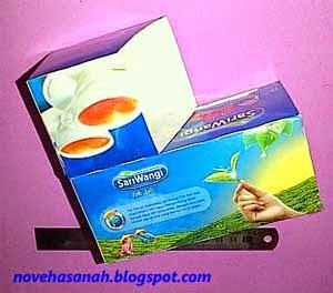 menempelkan kedua kotak teh untuk membuat tempat pensil prakarya anak SD