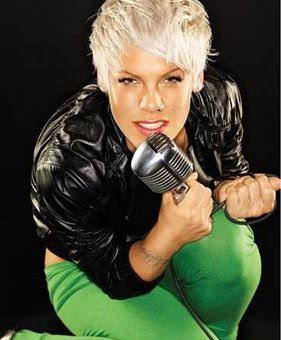 Foto de Pink con su micrófono