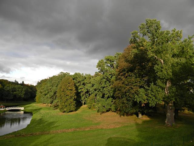 Teren wokół pałacu w Wąsowie jest czysty i zadbany.