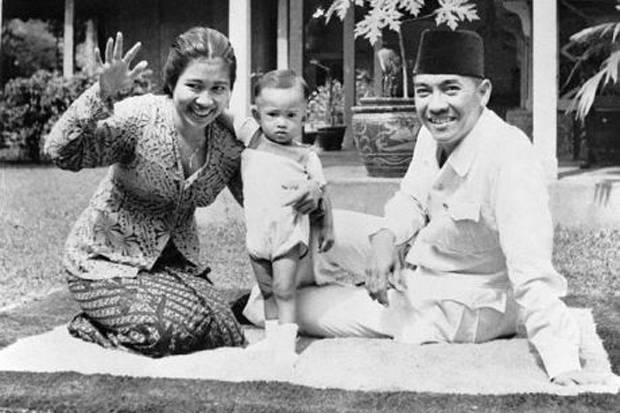 Ibu Fatmawati bersama anak pertama mereka dan Presiden pertama RI Soekarno (Ist)
