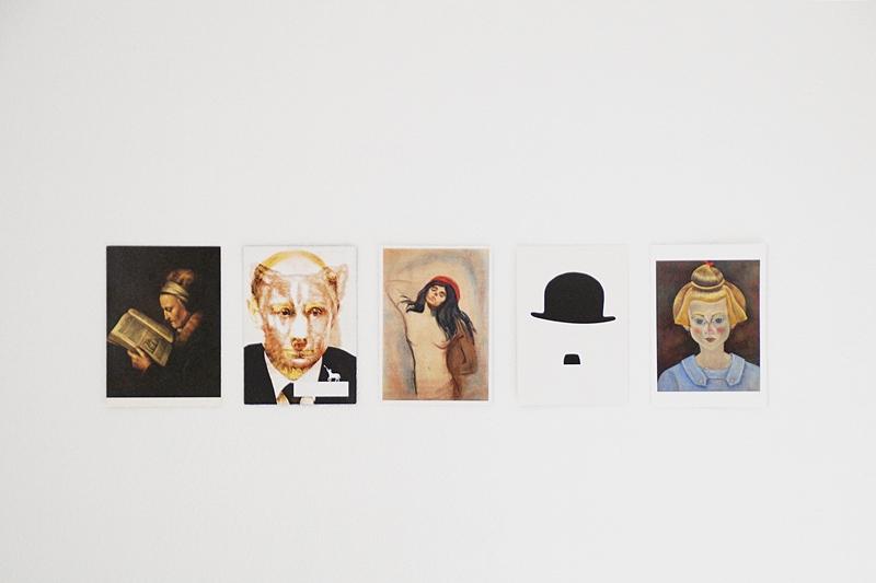Wanddeko aus Postkarten mit Portrait-Motiven // Postcards wall decoration