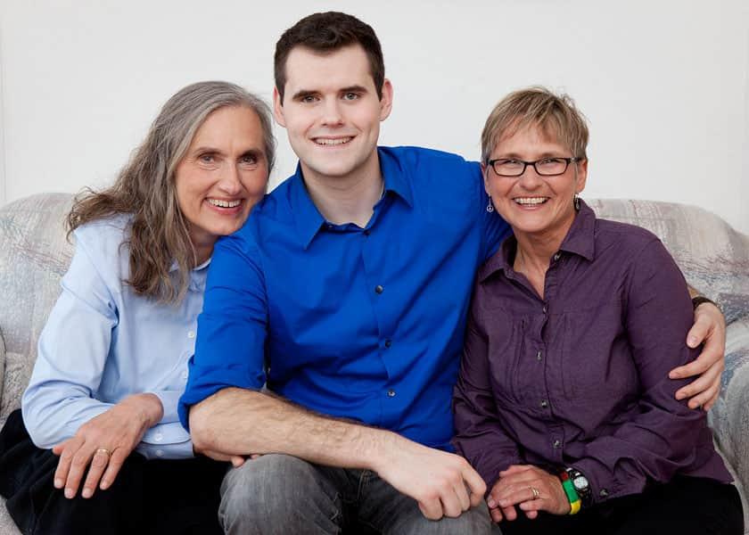 Rapaz criado por duas mães faz discurso poderoso sobre família