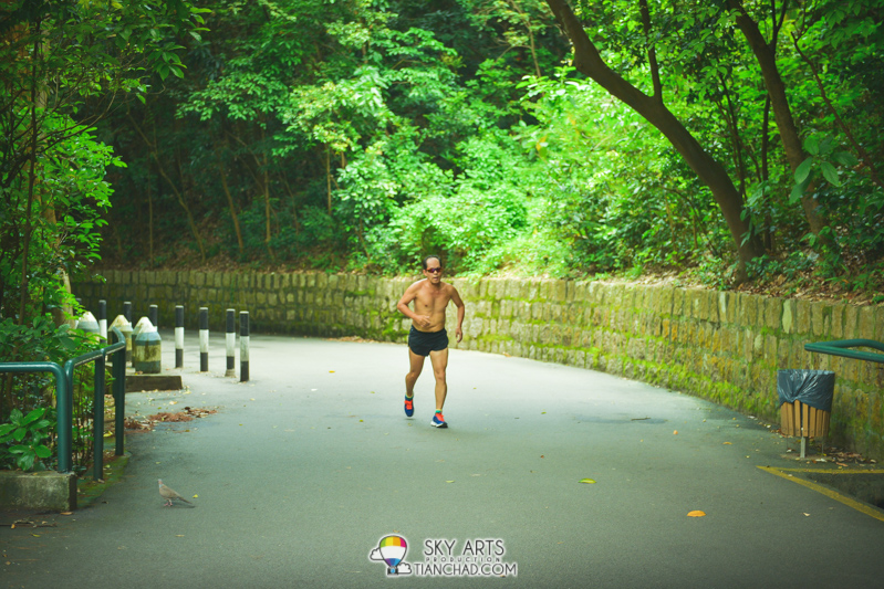 Shirtless runners along the way to Guia Fortress