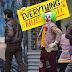 """Fotos do set de """"Coringa"""" revelam o personagem de Joaquin Phoenix como um palhaço nas ruas"""