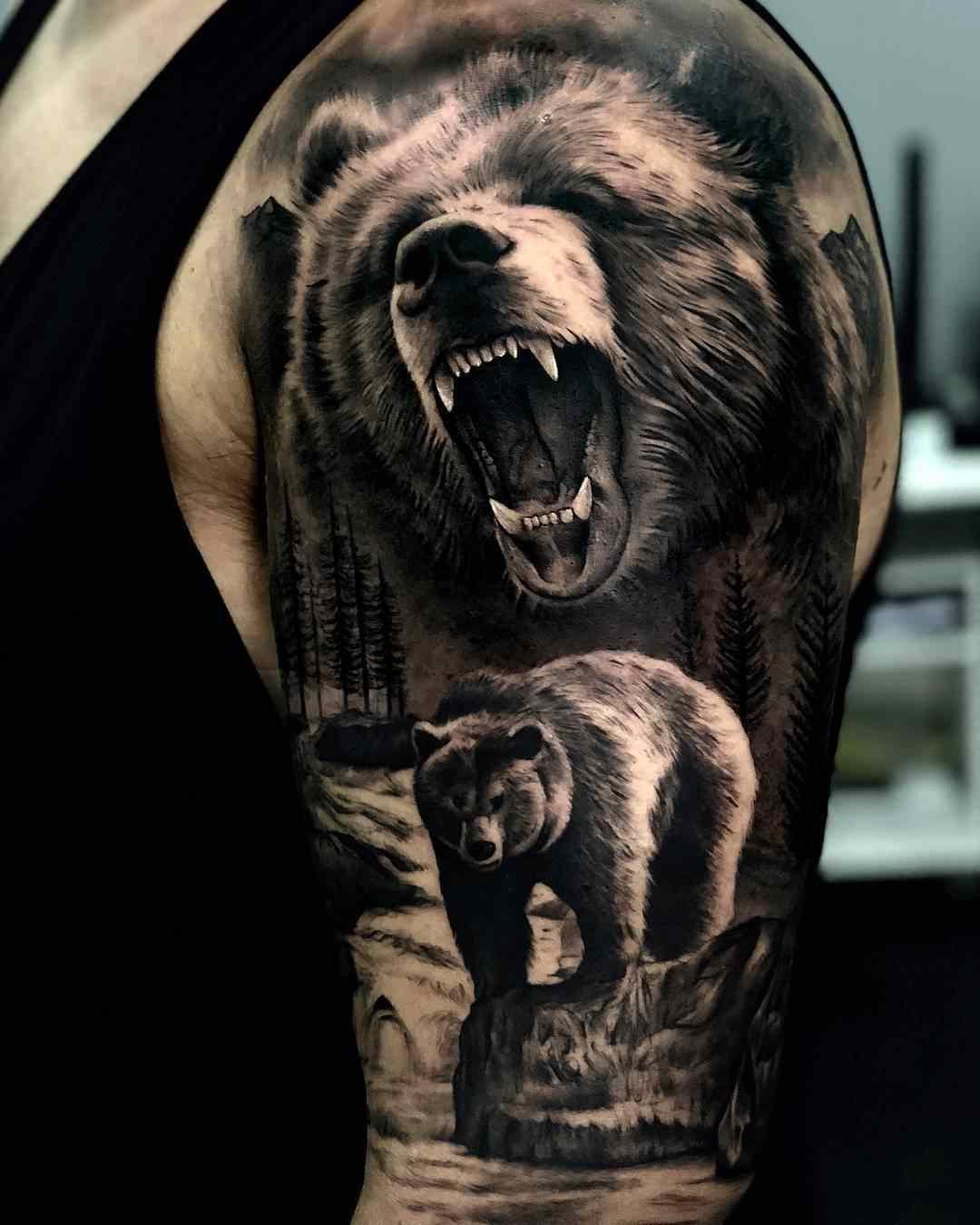 Vemos un tatuaje en blanco y negro de oso