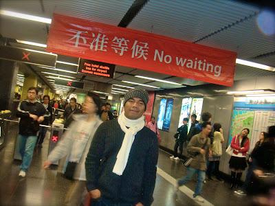 narsis di stasiun MRT Hongkong