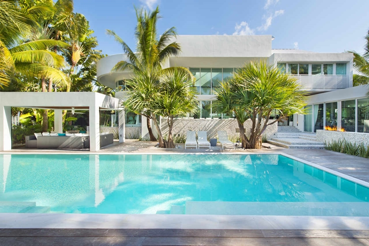 Swimming pool of Modern mansion in Miami