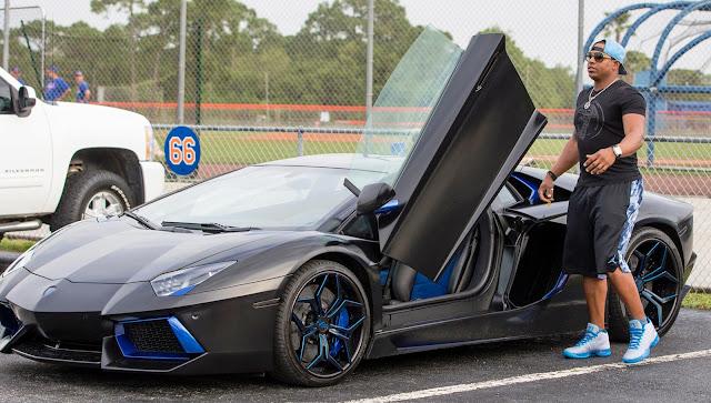El Lamborghini que el jardinero cubano llevó al campo de entrenamiento en el 2016 esta valorado en 300 mil dólares y las personalizaciones en 80 mil cada una.