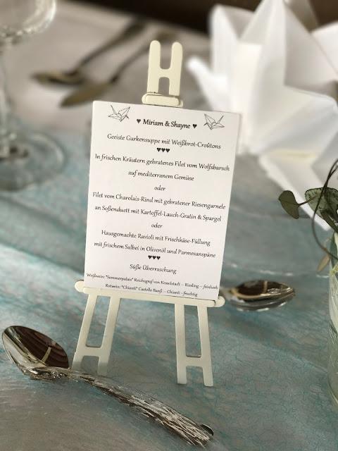 Hochzeitsmenü Menükarte Staffelei, Hochzeitsmotto Flug der Kraniche, 1000 Origami-Kraniche zur Hochzeit, heiraten im Riessersee Hotel Garmisch-Partenkirchen, Bayern, Hochzeitsplanerin Uschi Glas, petrol und weiß