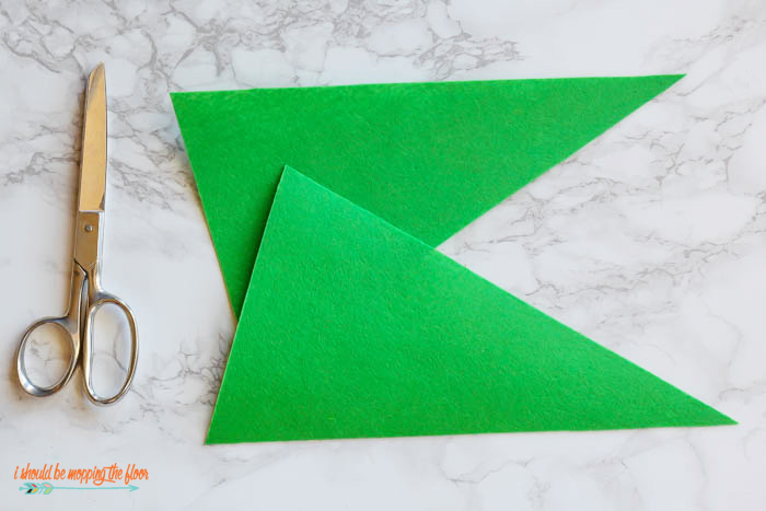 Make your own vintage-like Felt Sports Pennants! These are perfect as a party centerpiece or even kitschy home decor. Easy-to-follow tutorial at ishouldbemoppingthefloor.com under the sewing tab.