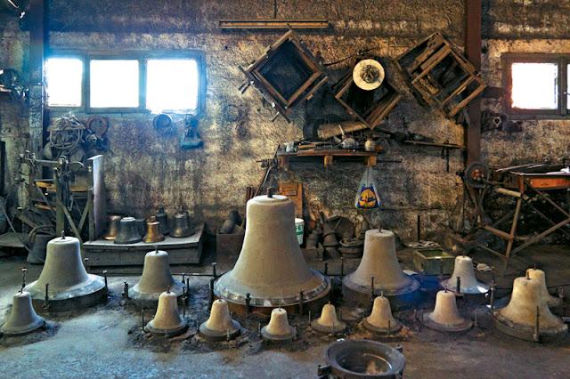 Ιστορίες και μυστικά της τέχνης κατασκευής καμπανών από το χυτήριο της Παραμυθιάς