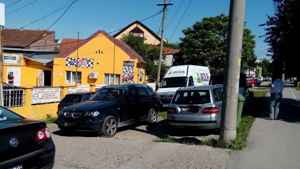 Reprezentanții service-ului Bogmiradi din Calea Aradului sanctionati pentru parcarea masinilor pe spațiul verde