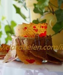 http://clarabelen.com/inspiraciones/649/manualidades-faciles-reciclar-un-bote-de-cristal-para-hacer-un-portavelas-con-hojas-secas/