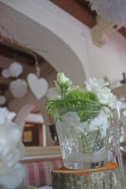 Frühlingshochzeit im Mai in Grün und Weiß - heiraten im Riessersee Hotel Garmisch-Partenkirchen, Bayern - spring wedding, green and white center piece