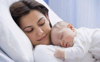 هل سمعت سابقًا بعقدة الذنب لدى الأمهات ام نائمة وطفل على صدرها بيبى رضيع الامومة mother sleeping baby on her breast