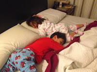 colecho niños que se pasan a dormir a la cama de sus padres