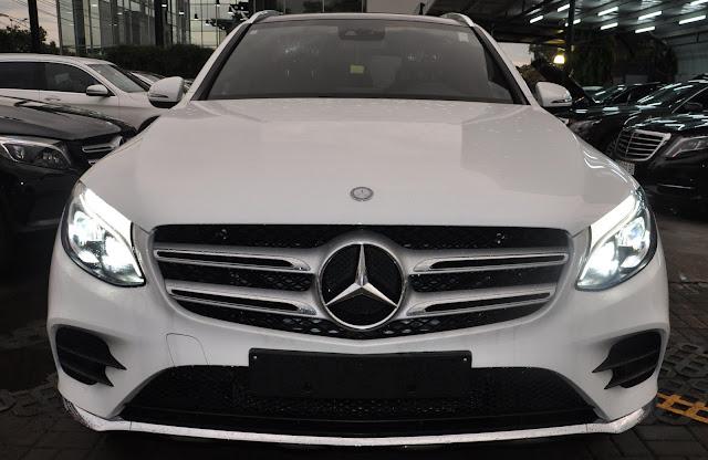 Mercedes GLC 300 4MATIC sử dụng Lưới tản nhiệt 2 nan màu Bạc với đường viền Chrome