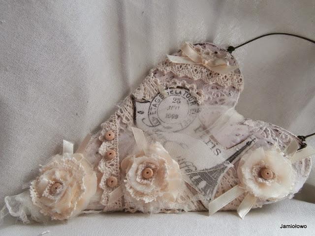 serce z masy solnej w kolorze ecru z kwiatami z tkanin