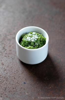 Zuckerschoten-Pesto mit Meersalz.