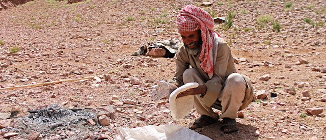 beduino cocinando desierto