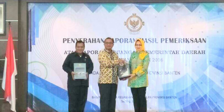 Walikota Tangsel (kanan) Mendapatkan Penghargaan WTP dari BPK Tahun 2016.