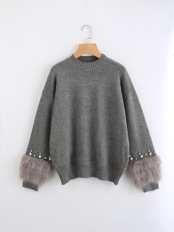 sweater gris con aplicaciones
