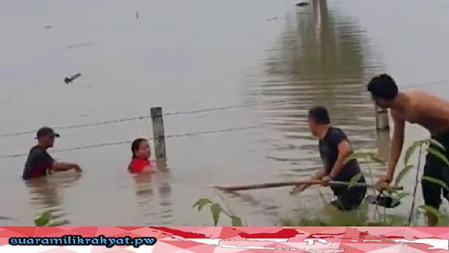 Anak Dan Istri Aiptu Sujadi Kompak Bantu Keluarga Yang Terjebak Banjir DI Tol Ngawi