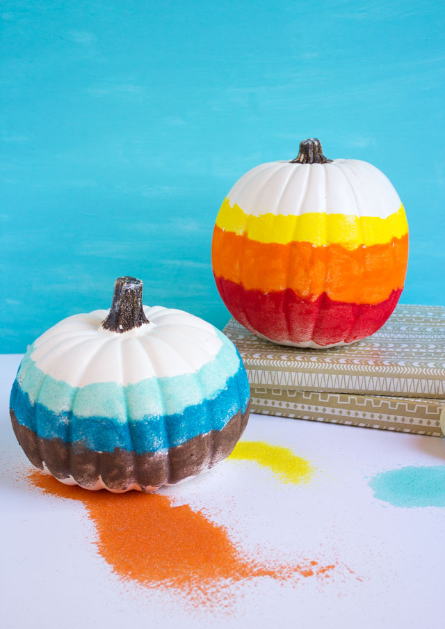 Create sand art pumpkins for a unique fall pumpkin decorating idea! #pumpkindecorating #sandart #pumpkincrafts #fallcrafts