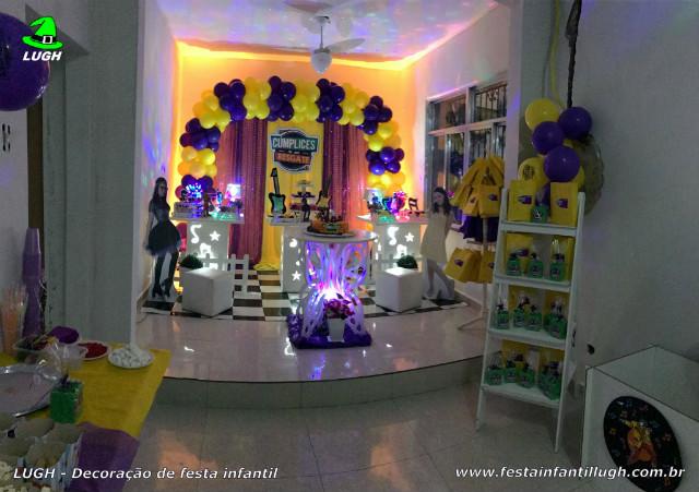 Mesa decorada com o tema Cúmplices de um Resgate para festa feminina