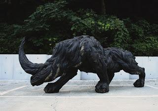 rinoceronte feito de pneu reciclado