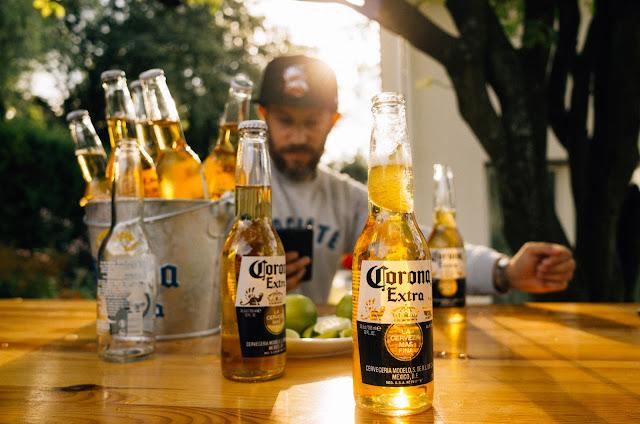 Wir bauen an unserem Baumhaus weiter und verlängern einfach den Sommer... mit Corona Extra.