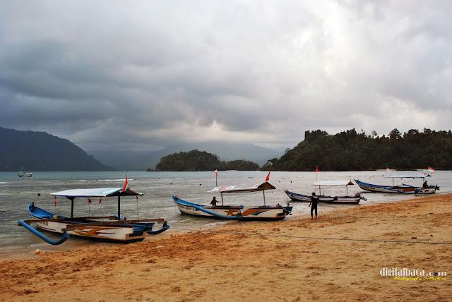 Pasir Putih Pantai Prigi Trenggalek Jawa Timur