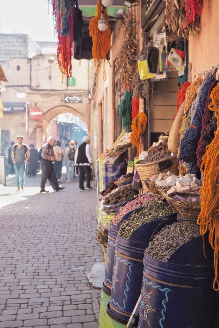 Stand d'épices dans la Médina de Marrakech au Maroc