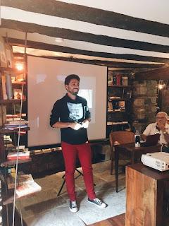 El autor durante la charla previa a la presentación