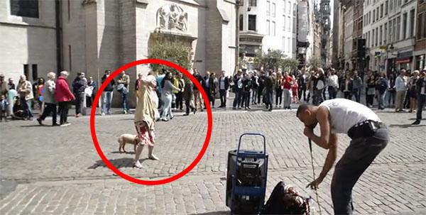 Une vieille femme danse à côté de beatboxer dans la place de Bruxelles
