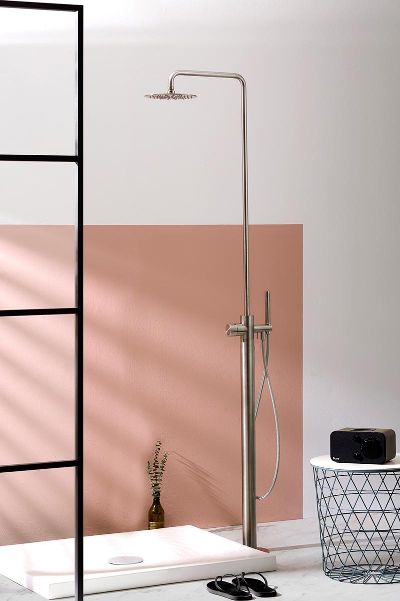 colonna doccia freestanding line Synth di MINA