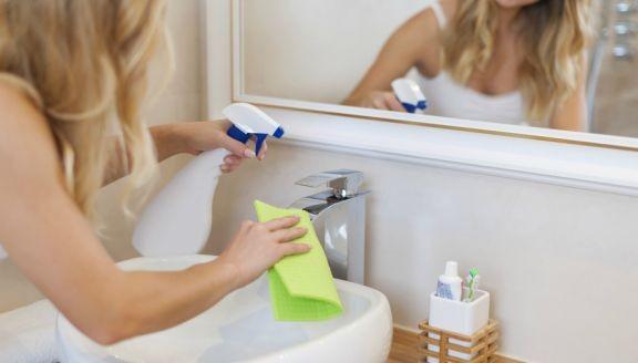 Ο φρέσκος αέρας θα βοηθήσει στο να μη μυρίζει το μπάνιο μετά τον γρήγορο καθαρισμό
