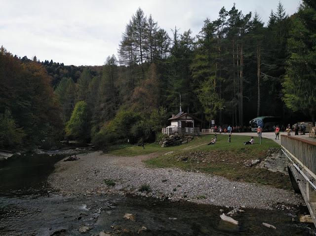Aparcamiento y Casa de Guardias al Inicio del sendero que se interna en la Selva de Irati