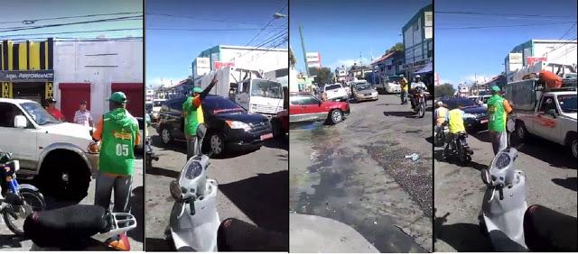 Motoconcho tuvo que dirigir transito en una de las principales vías del casco urbano en Barahona, ante la ausencia de los agentes de @AMET